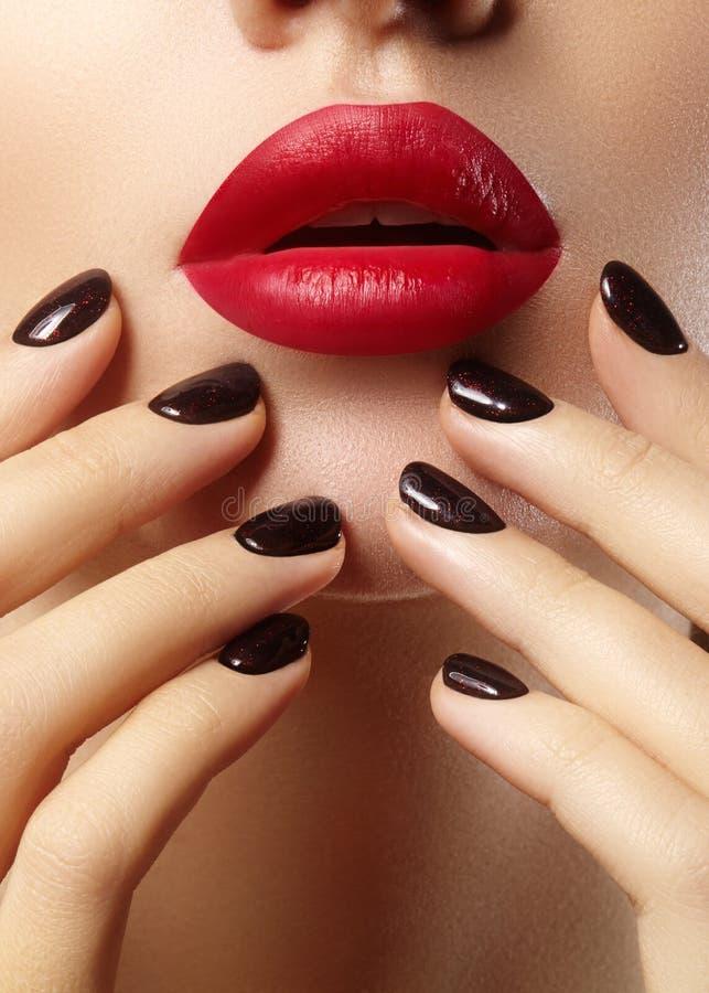 Plan rapproché des lèvres de la femme avec le maquillage rouge de mode, clous Chirurgie de beauté, cosmétologie image stock