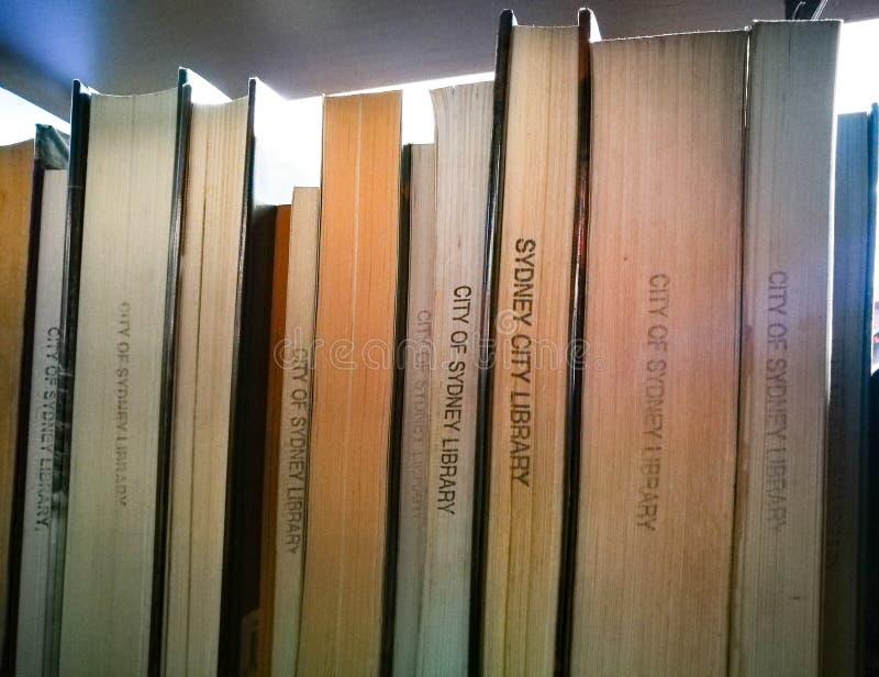 Plan rapproché des livres sur une étagère à la bibliothèque de Sydney dans la construction de logements de douane, Quay circulair photos stock