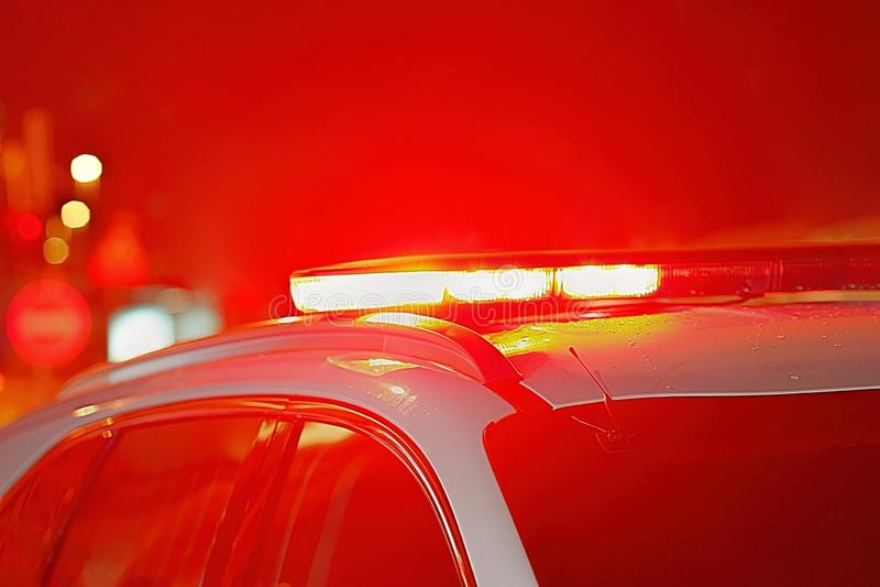 Plan rapproché des lumières rouges sur un véhicule de police photographie stock libre de droits