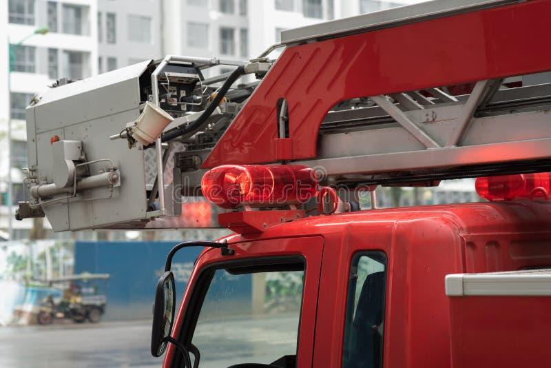 Plan rapproché des lumières supérieures de camion de pompiers sur la rue de Hanoï photographie stock