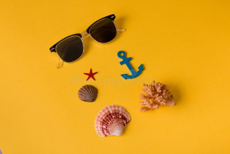 Plan rapproché des lunettes de soleil avec des coquillages photo libre de droits