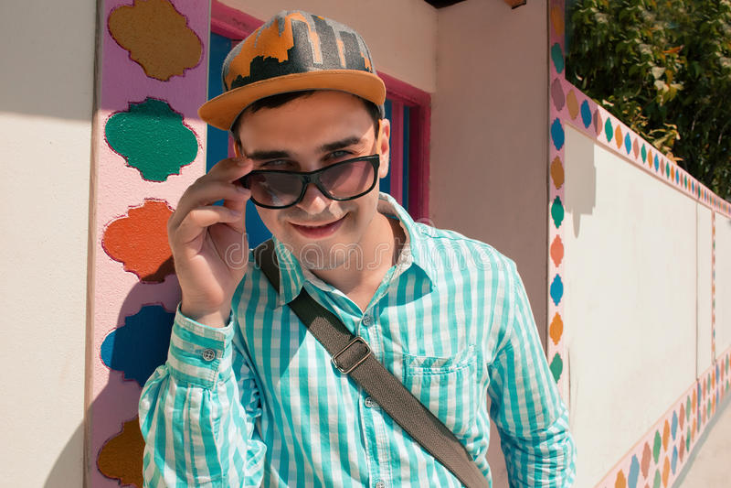 Plan rapproché des lunettes de soleil de port de sourire d'homme attirant photo libre de droits