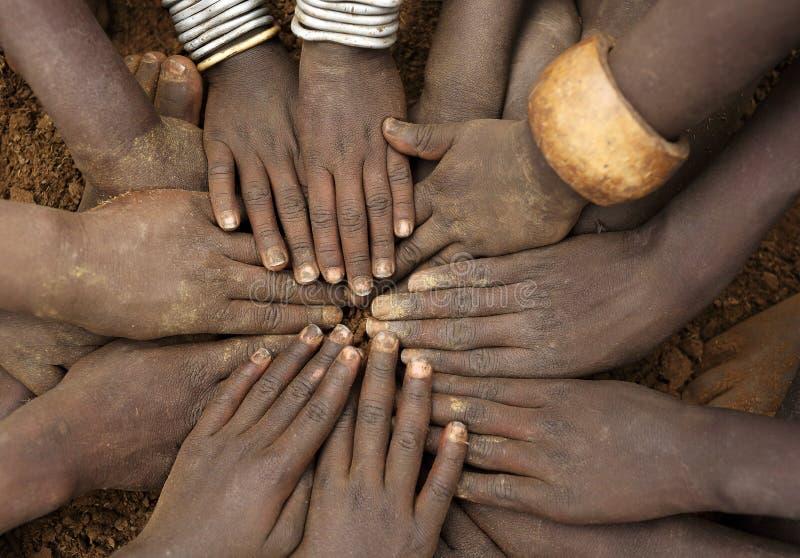 Plan rapproché des mains d'un groupe d'enfants tribals, Ethiopie photos libres de droits