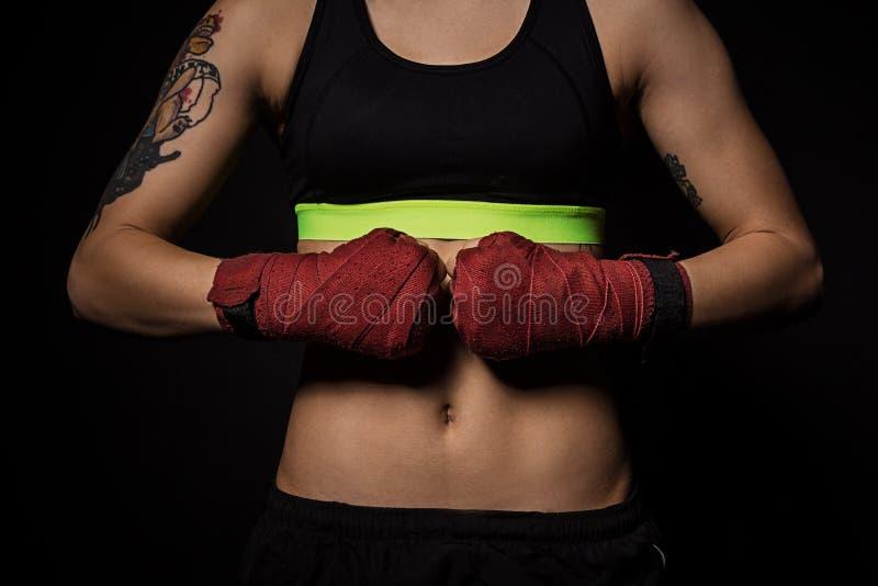 Plan rapproché des mains d'une femme avec les enveloppes rouges de boxe photographie stock