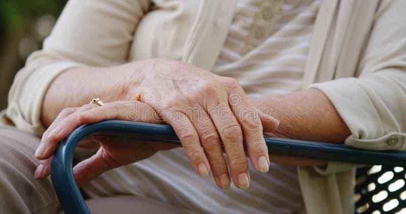 Plan rapproché des mains de la femme agée photo stock