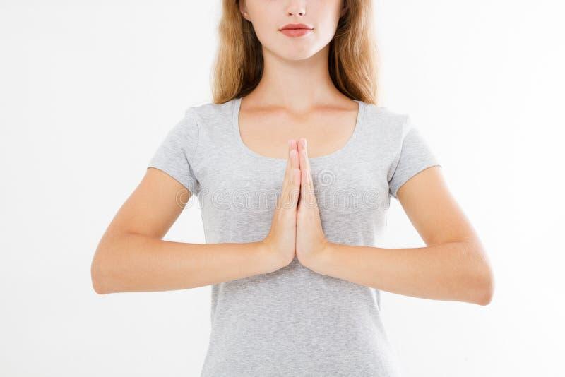 Plan rapproché des mains de la jolie femme, fille dans le T-shirt, méditant à l'intérieur, foyer sur des bras dans le geste de Na photos libres de droits