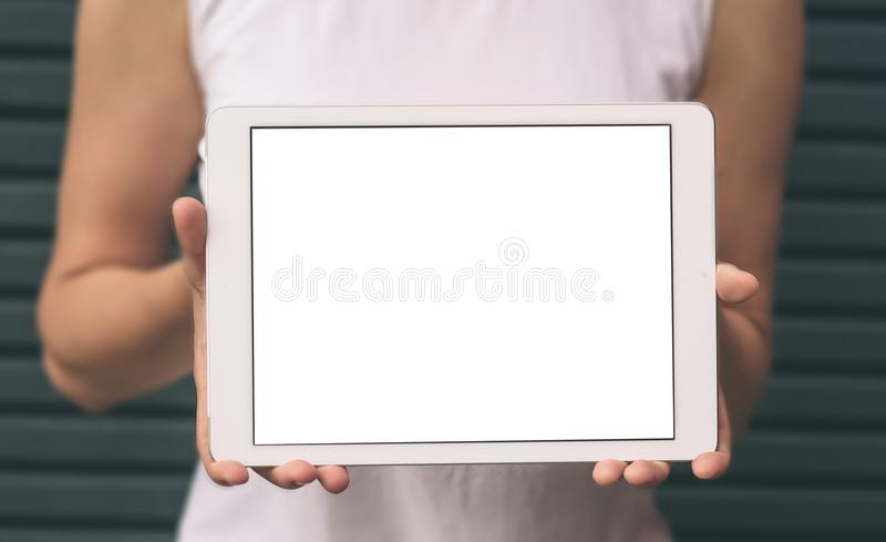 Plan rapproché des mains femelles montrant et à l'aide du comprimé numérique moderne avec l'écran vide pour votre message textuel photos stock