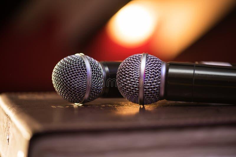 Plan rapproché des microphones audio images libres de droits