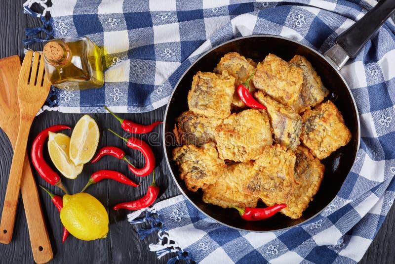 Plan rapproché des morceaux frits battus de merluches image stock
