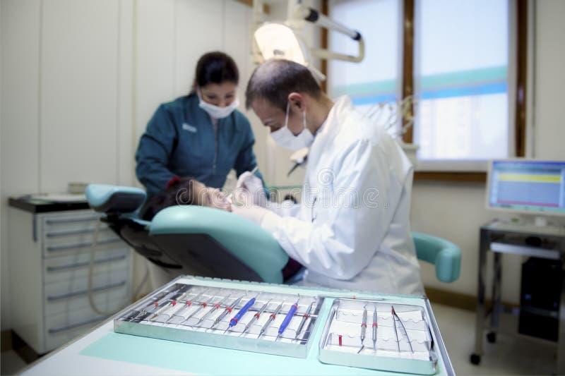Plan rapproché des outils de dentiste dans la clinique avec le patient se trouvant sur le divan photo libre de droits