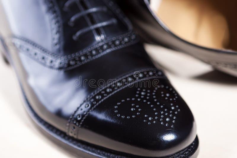 Plan rapproché des paires d'Oxford poli noir élégant masculin Semi-Brogu photo libre de droits