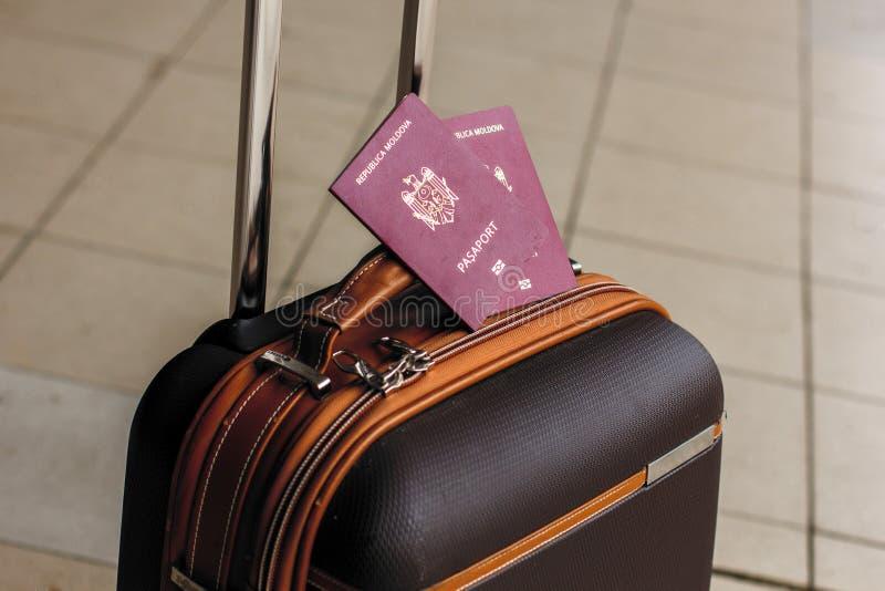 Plan rapproché des passeports sur le bagage Concept de voyage ou d'émigration Passeport biométrique de Moldau images stock