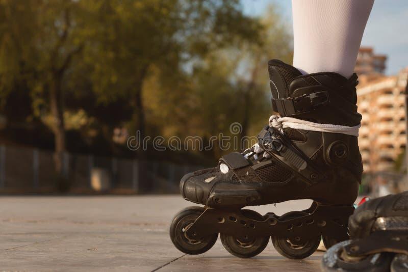 Plan rapproché des patins intégrés noirs image libre de droits