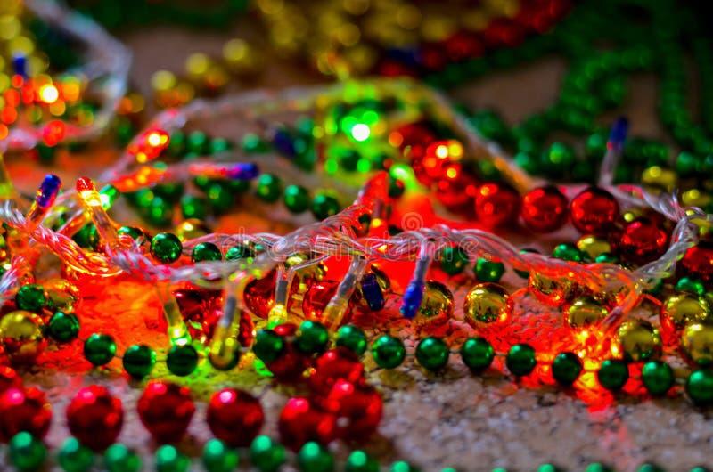 Plan rapproché des perles multicolores de Noël pour décorer l'arbre de Noël avec un fond brouillé mou photo stock