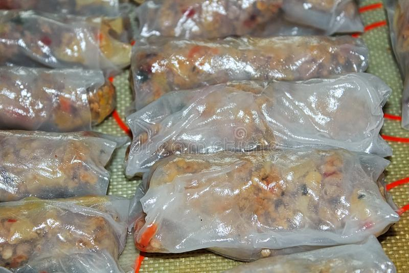 Plan rapproché des petits pains de ressort de porc en emballages de riz photo stock