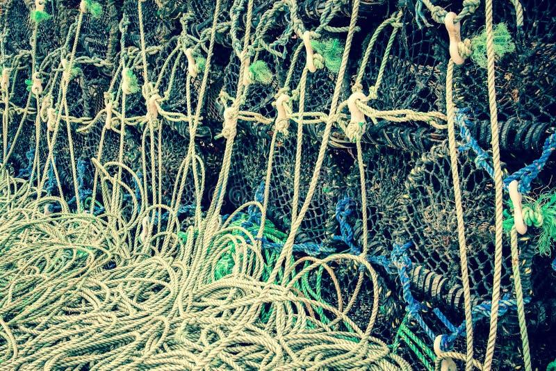 Plan rapproché des pièges de pêche empilés de cage photo stock