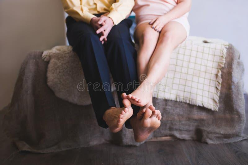 Plan rapproché des pieds de jeunes couples image libre de droits