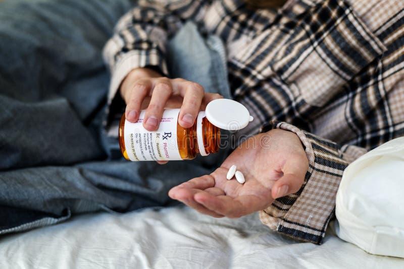 Plan rapproché des pilules sur la paume photos libres de droits