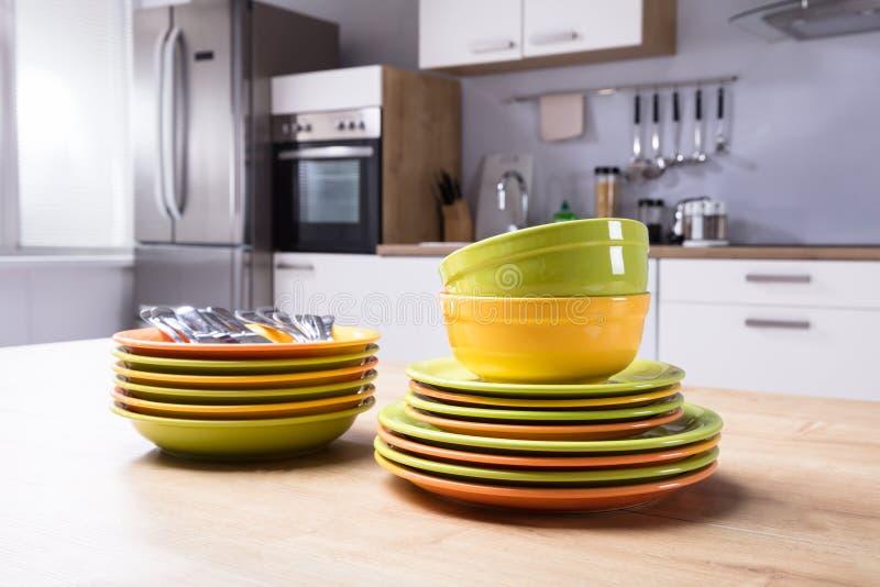 Plan rapproché des plats et des cuvettes empilés images stock