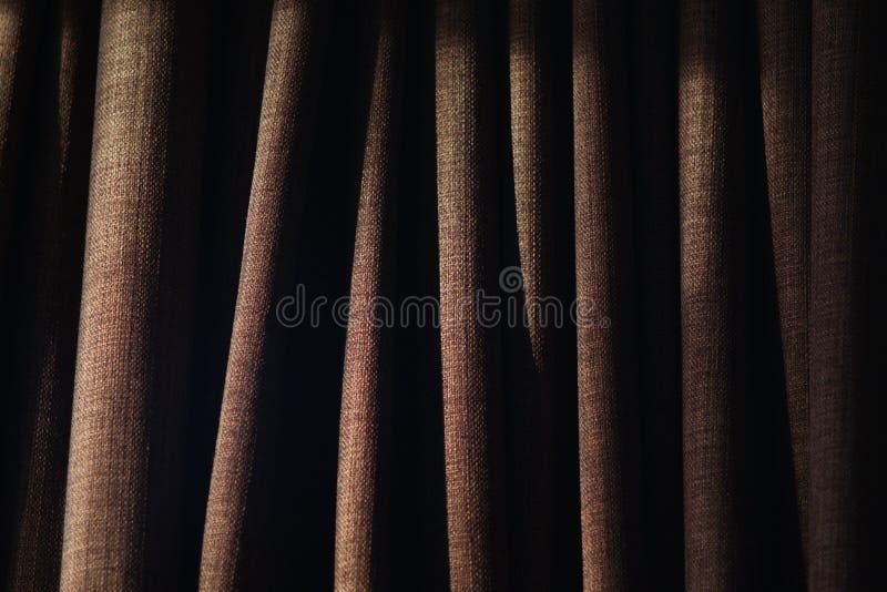 Plan rapproché des plis sur le rideau avec l'éclairage latéral image stock