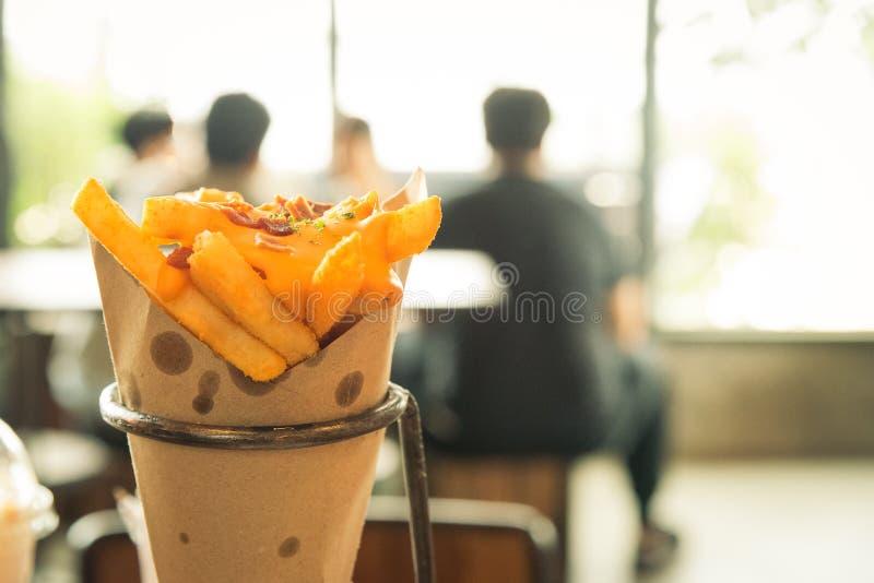 Plan rapproché des pommes frites avec du fromage fondu dans le temps de petit déjeuner photos libres de droits