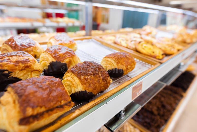 Plan rapproché des produits frais de boulangerie dans le magasin Le blé, font cuire au four, nourriture photo stock