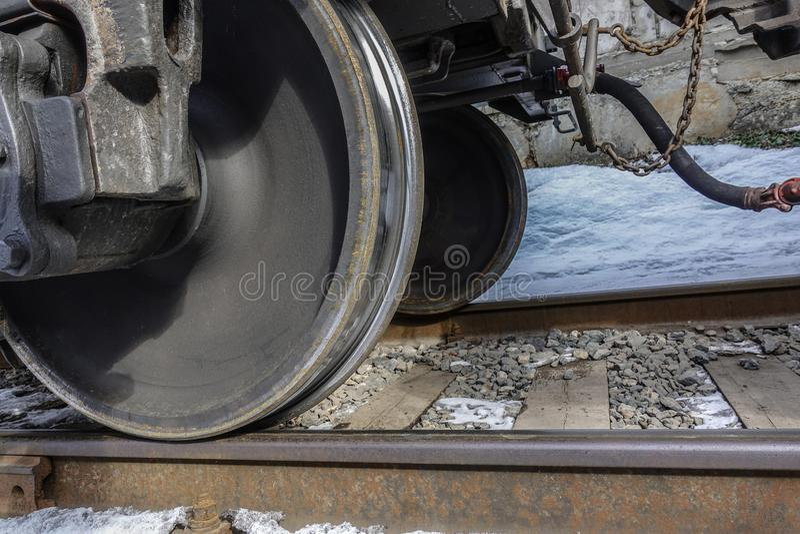 Plan rapproché des roues de train Vue inférieure L'hiver images libres de droits