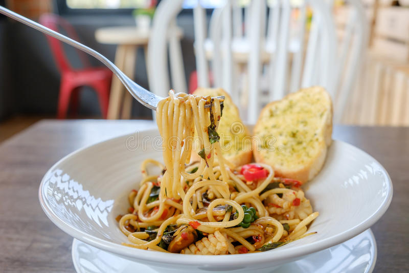 Plan rapproché des spaghetti de excavation avec la fourchette photo stock