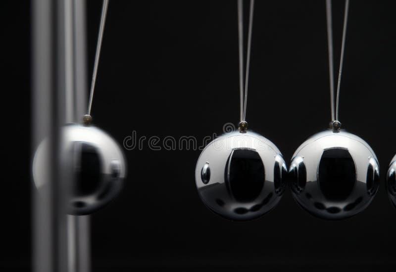 Plan rapproché des sphères de Newton Balls With Swinging Metal photo libre de droits