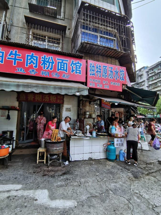 Plan rapproché des stalles de nourriture sur la rue dans la ville de Wuhan image libre de droits