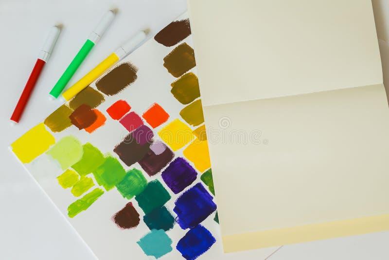 Plan rapproché des stylos de différentes couleurs lumineuses, taches multicolores de couleurs sur le fond clair de la texture de  photographie stock