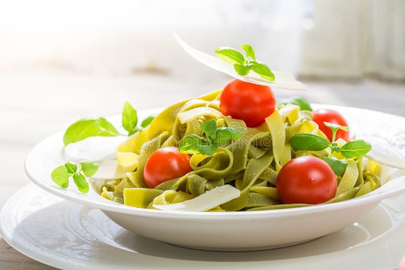 Plan rapproché des tagliatelles savoureuses avec les tomates et le parmesan photos libres de droits
