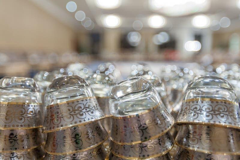 Plan rapproché des tasses de thé Arabes décoratives image stock