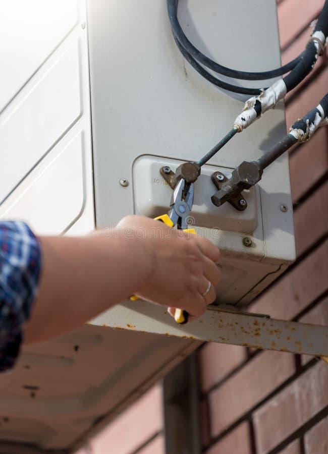 Plan rapproché des tuyaux de communication de travailleur au dispositif de climatisation image libre de droits