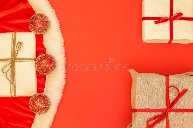 Plan rapproché des vêtements du ` s de Santa, boules de scintillement de décoration photos stock