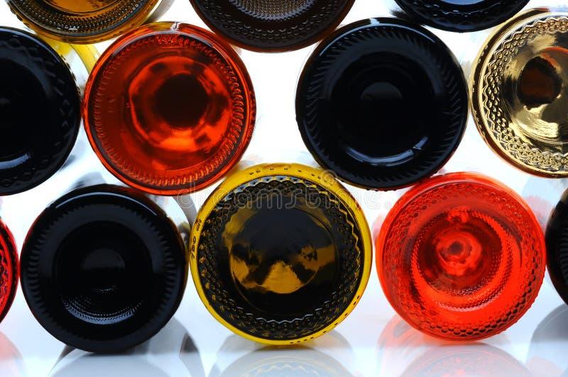 Plan rapproché du côté inférieur des bouteilles de vin image libre de droits