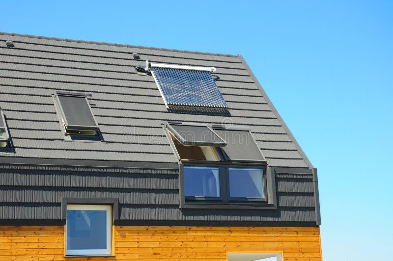 Plan rapproché du chauffage de panneau solaire de l'eau, lucarnes, panneaux solaires, lucarnes Concept passif de construction de  photo libre de droits