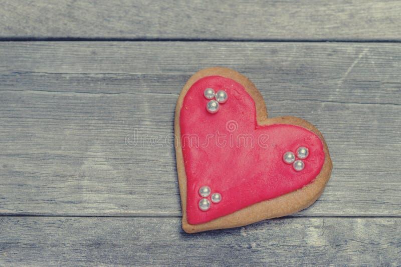 Plan rapproché du coeur cuit au four délicieux couvert de glaçage et de perles photos libres de droits