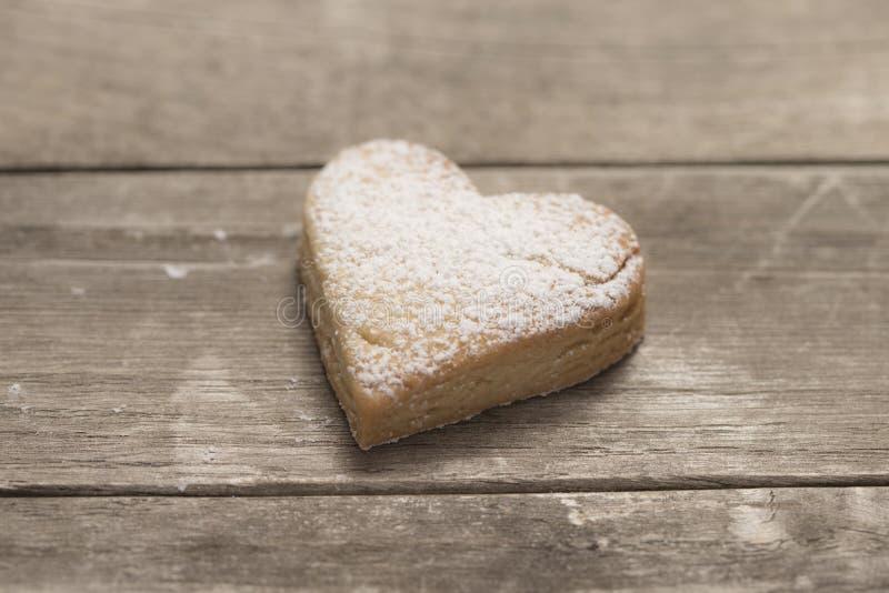 Plan rapproché du coeur de la valentine cuite au four en poudre avec du sucre photo stock