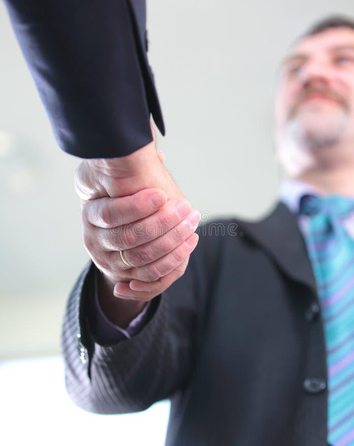 Plan rapproché du gens d'affaires se serrant la main images libres de droits