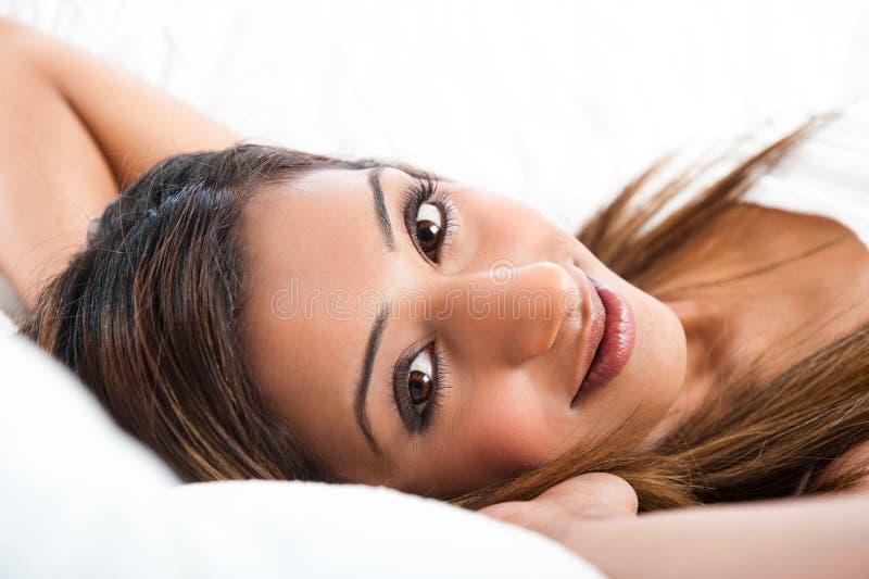 Plan rapproché du jeune sourire modèle lndian photo stock