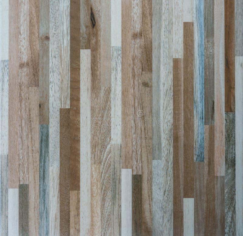 Plan rapproché du modèle en bois sur le carrelage images stock