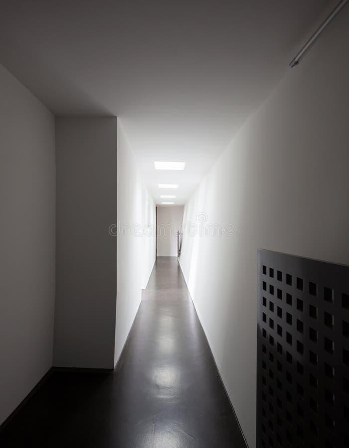 Plan rapproché du ` s de radiateur dans le couloir blanc photo stock