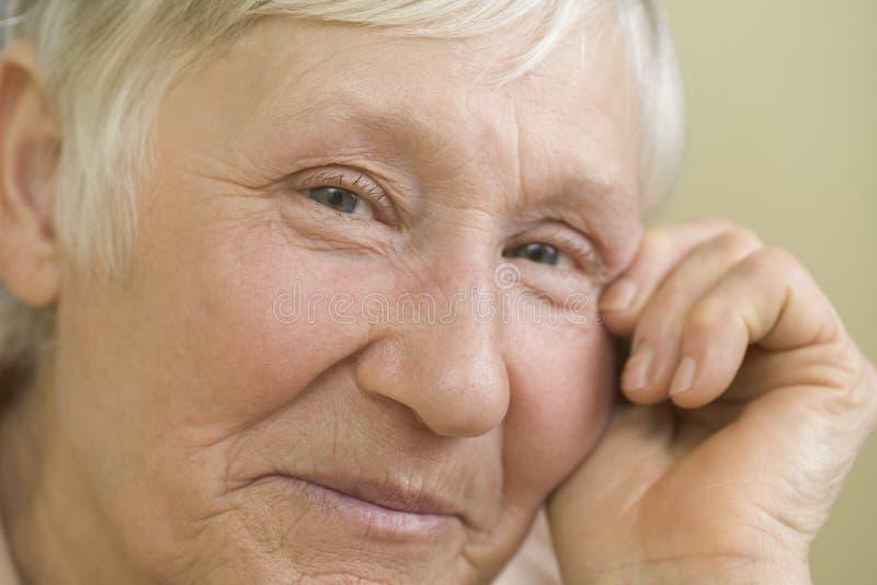 Plan rapproché du sourire de femme agée photographie stock libre de droits