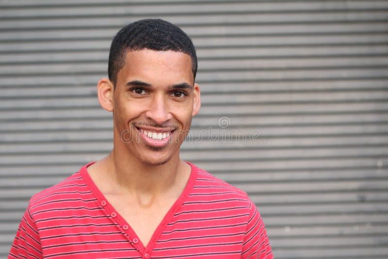 Plan rapproché du sourire jeune, homme à la peau foncée avec l'espace de copie images libres de droits