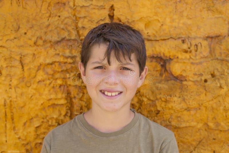 Plan rapproché du sourire mignon de garçon de jeune adolescent image libre de droits