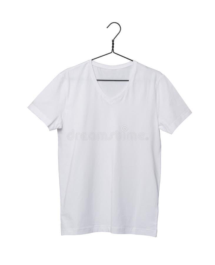 Plan rapproché du T-shirt blanc sur le cintre photographie stock libre de droits