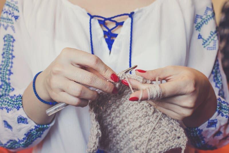 Plan rapproché du tricotage de mains du ` s de femme photo stock