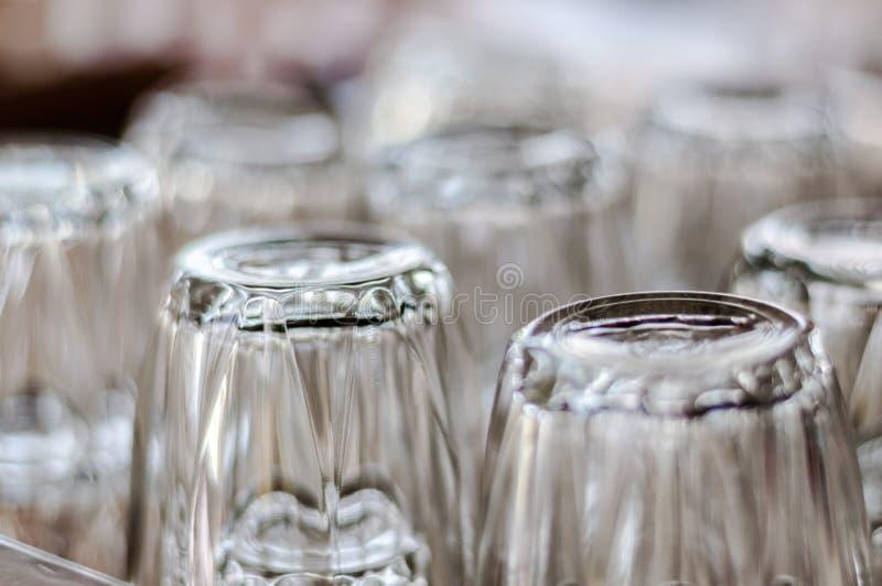 Plan rapproché en bas des verres à boire à l'envers images libres de droits