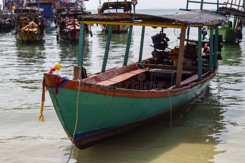Plan rapproché en bois traditionnel de bateau au Cambodge Vue de bord de la mer d'île de Koh Rong avec le bateau de corail de pla image libre de droits